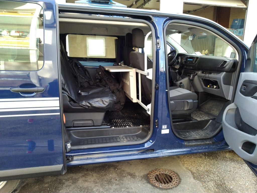 L'intérieur du véhicule de gendarmerie.